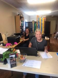 Monica och Emelie i sekretariatet under Midsommardressyren 2018